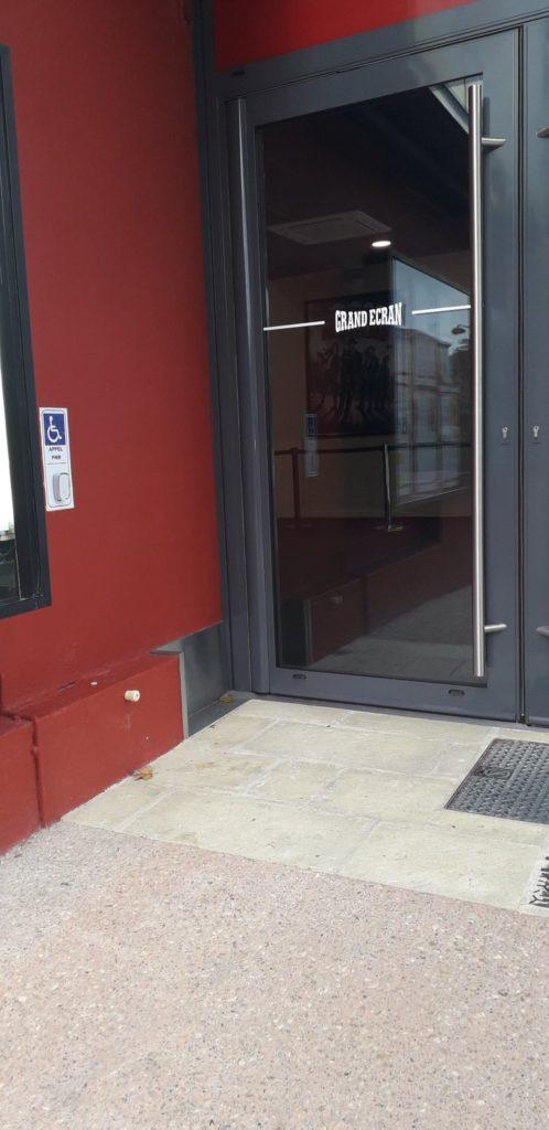 Porte latérale de l'accès PMR et la sonnette